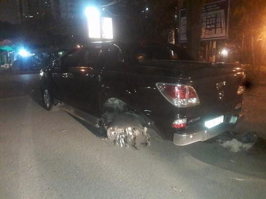 Gây tai nạn, ô tô bán tải kéo lê nạn nhân 1 km trong đêm - Ảnh 1.