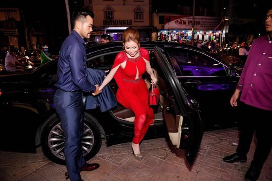 Hoa hậu Bùi Thị Hà lộng lẫy dự tiệc cùng người lạ - Ảnh 1.