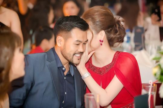 Hoa hậu Bùi Thị Hà lộng lẫy dự tiệc cùng người lạ - Ảnh 4.