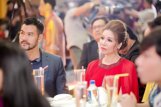 Hoa hậu Bùi Thị Hà lộng lẫy dự tiệc cùng người lạ - Ảnh 7.