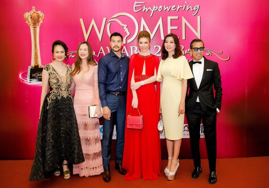 Hoa hậu Bùi Thị Hà lộng lẫy dự tiệc cùng người lạ - Ảnh 8.
