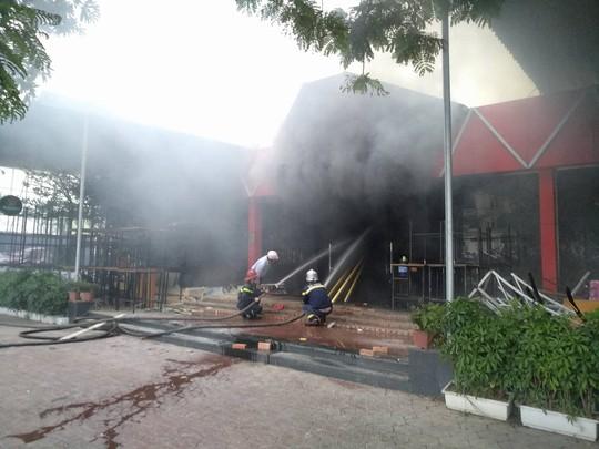 Cháy lớn quán bar, lực lượng chữa cháy dùng búa phá cửa - Ảnh 3.