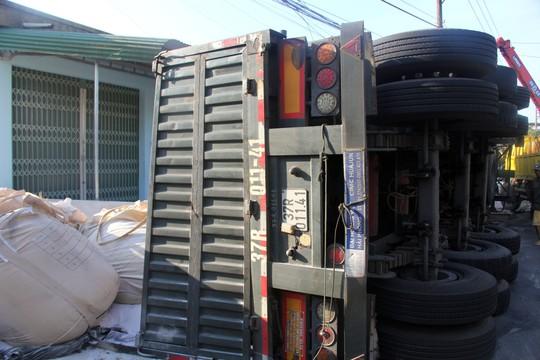Lật xe chở Alumin, tài xế chết kẹt trong cabin - Ảnh 2.