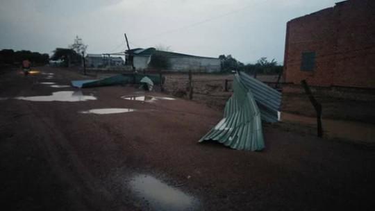 Mưa đá, lốc xoáy khiến hàng trăm ngôi nhà sập, nhiều người bị thương - Ảnh 2.
