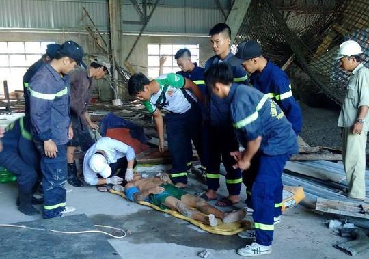 Sập giàn giáo công trình, 2 công nhân bị thương nặng - Ảnh 1.