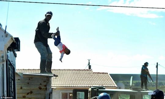 Cha ném con gái 6 tháng tuổi khỏi mái nhà - Ảnh 2.