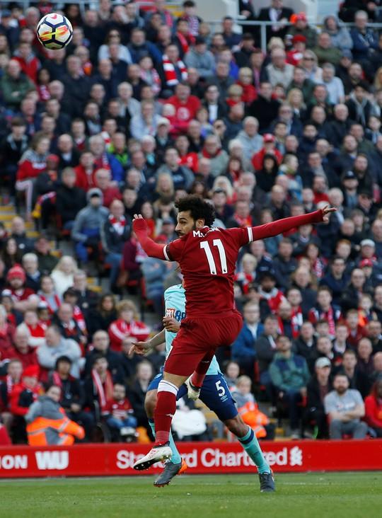 Salah ghi bàn đẹp nhất vòng 34 Premier League - Ảnh 1.
