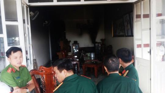 Phá tường, cứu 3 mẹ con trong căn nhà đang bốc cháy - Ảnh 1.