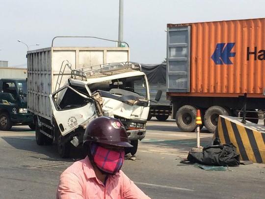 Xe tải tông liên hoàn tại cabin trạm thu phí BOT cầu Đồng Nai - Ảnh 1.