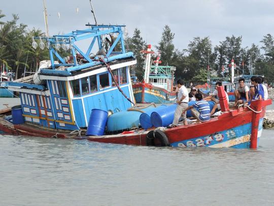 Tàu cá bị chìm ở Hoàng Sa, 8 ngư dân được cứu vớt - Ảnh 1.