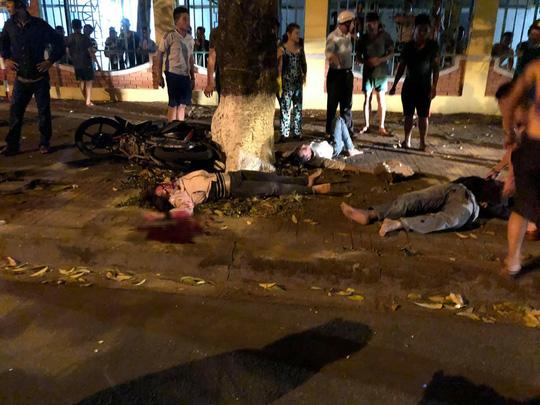 Xe con lấn làn tông xe máy, 3 người trong gia đình thương vong - Ảnh 2.
