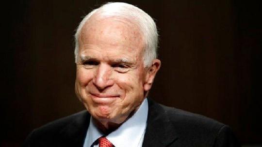 Vừa điều trị ung thư, ông John McCain nhập viện phẫu thuật đại tràng - Ảnh 1.