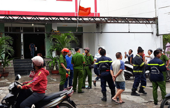 TP HCM: Cháy khách sạn, khách hốt hoảng xách hành lý tháo chạy - Ảnh 1.
