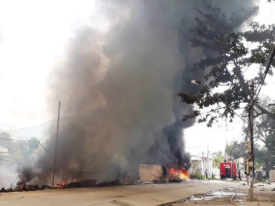 Cháy bãi phế liệu kế bên trường học, sơ tán hơn 500 học sinh - Ảnh 3.