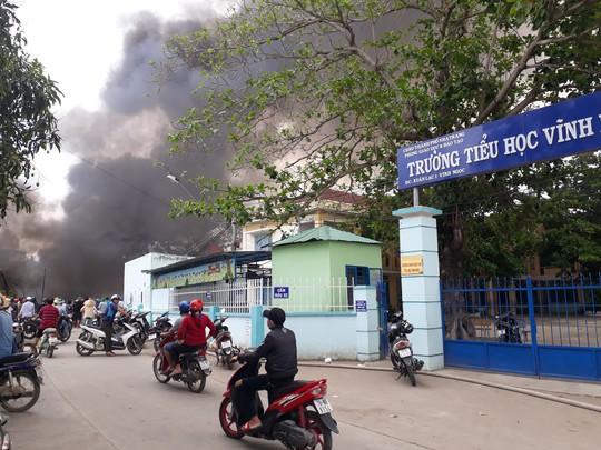 Cháy bãi phế liệu kế bên trường học, sơ tán hơn 500 học sinh - Ảnh 1.