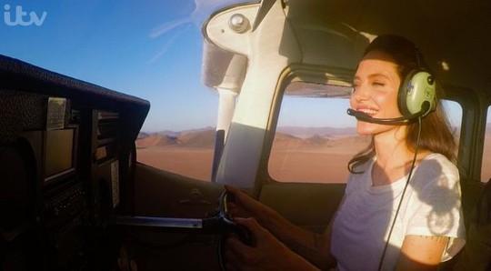 Angelina Jolie gây ấn tượng khi bay trên sa mạc - Ảnh 1.