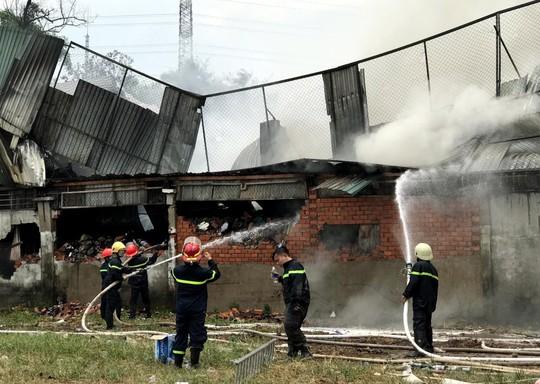 Cháy công ty may ở Hóc Môn và xưởng nhựa ở Bình Chánh - Ảnh 1.