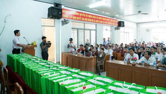 Địa ốc Long Phát tặng quà cho các hộ nghèo ở Tiền Giang - Ảnh 1.