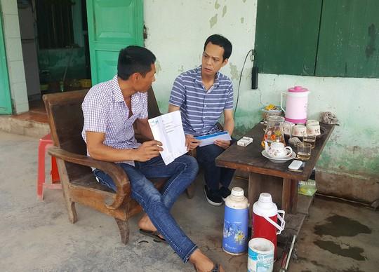 Tài xế Đỗ Văn Tiến (trái) trao đổi với phóng viên Báo Người Lao Động - Ảnh: CTV