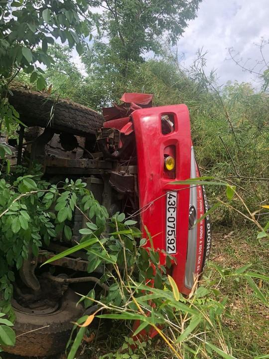Xe tải lao xuống vực đèo, tài xế tử vong tại chỗ - Ảnh 1.