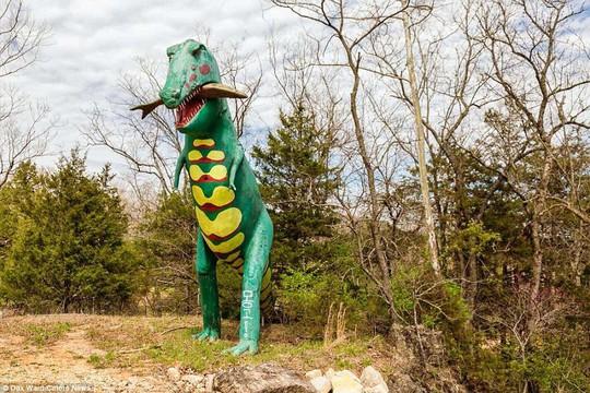 Ám ảnh công viên khủng long bị bỏ hoang - Ảnh 1.
