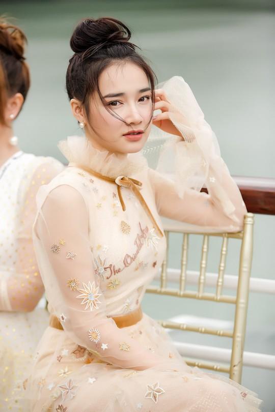 Nhã Phương xuất hiện xinh xắn tại show thời trang - Ảnh 2.
