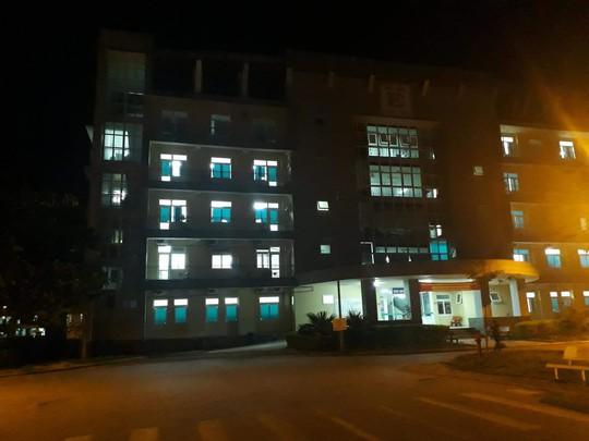 Rơi từ tầng 5 bệnh viện, một phụ nữ tử vong - Ảnh 1.