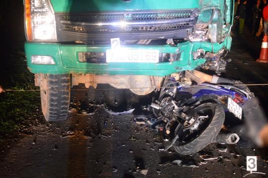 Hiện trường kinh hoàng vụ đâm vào ô tô tải, 4 học sinh tử vong - Ảnh 1.