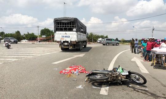 Long An: Xe tải đụng xe máy, một người chết, 2 bị thương - Ảnh 1.