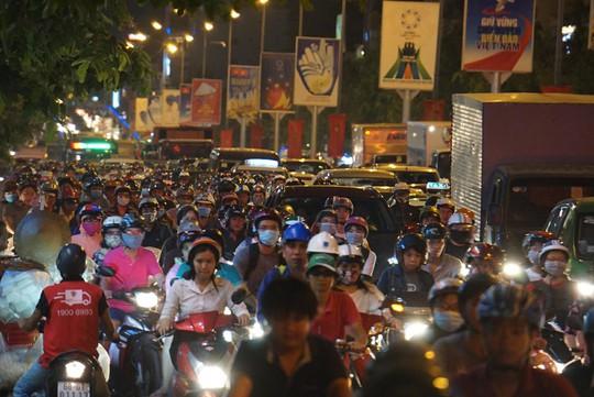 Giao thông cửa ngõ sân bay Tân Sơn Nhất lại hỗn loạn - Ảnh 8.