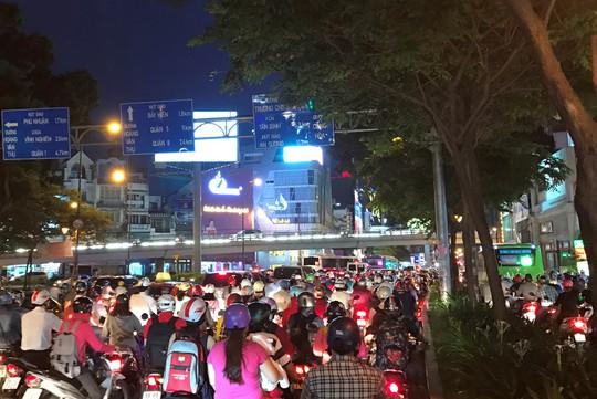 Giao thông cửa ngõ sân bay Tân Sơn Nhất lại hỗn loạn - Ảnh 7.
