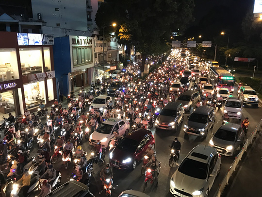 Giao thông cửa ngõ sân bay Tân Sơn Nhất lại hỗn loạn - Ảnh 1.
