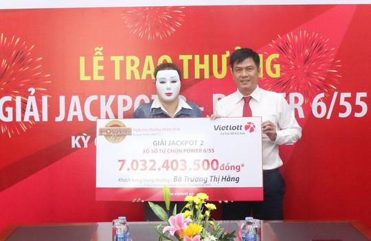Người phụ nữ đeo mặt nạ, thay chồng nhận giải Vietlott