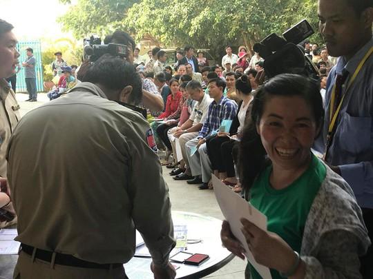 Trao hơn 100 thẻ vàng cho bà con người Campuchia gốc Việt - Ảnh 5.