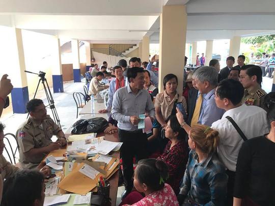 Trao hơn 100 thẻ vàng cho bà con người Campuchia gốc Việt - Ảnh 7.