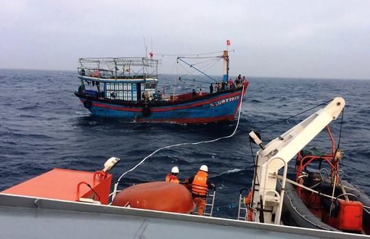 13 ngư dân trên tàu cá chết máy trôi dạt lúc biển động - Ảnh 1.