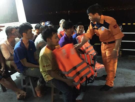 13 ngư dân trên tàu cá chết máy trôi dạt lúc biển động - Ảnh 2.
