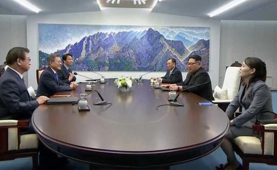 Đội an ninh Triều Tiên rốt ráo dò mìn, tẩy trùng tại Nhà Hòa bình - Ảnh 2.
