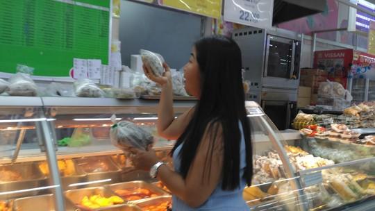 Nghỉ lễ dài, siêu thị giảm giá sâu - Ảnh 2.
