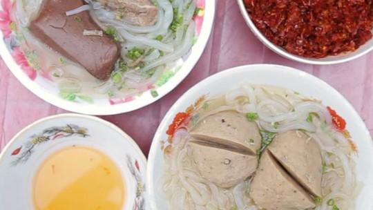 Món ăn nhất định phải thử khi lang thang ngôi chợ trăm tuổi ở Sài Gòn - Ảnh 1.