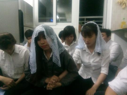 Video khám xét căn hộ có 12 người đi theo Hội thánh Đức Chúa Trời Mẹ - Ảnh 1.