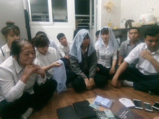 Video khám xét căn hộ có 12 người đi theo Hội thánh Đức Chúa Trời Mẹ - Ảnh 3.