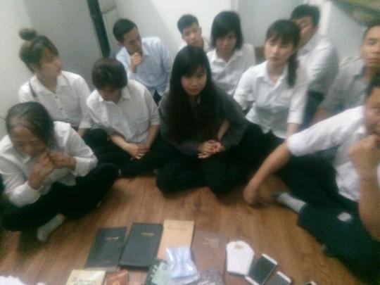 Video khám xét căn hộ có 12 người đi theo Hội thánh Đức Chúa Trời Mẹ - Ảnh 8.