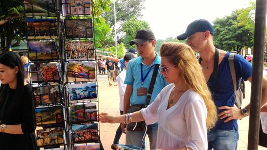 Hết mùa cao điểm, khách quốc tế đến Việt Nam giảm - Ảnh 1.
