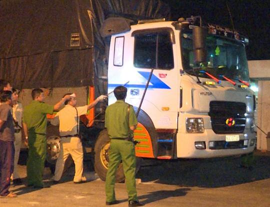Tông thẳng vào công an, 2 ma men cầm xà beng cố thủ trong xe tải - Ảnh 1.