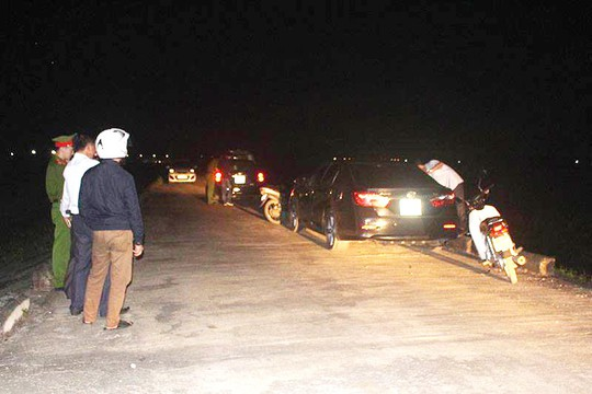 Bị bắt quả tang ngoại tình trên ôtô, cặp đôi cố thủ cố thủ hơn 6 tiếng mới chịu ra