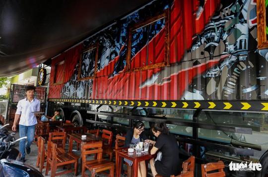 Quán cà phê xe container có một không hai ở Sài Gòn - Ảnh 4.