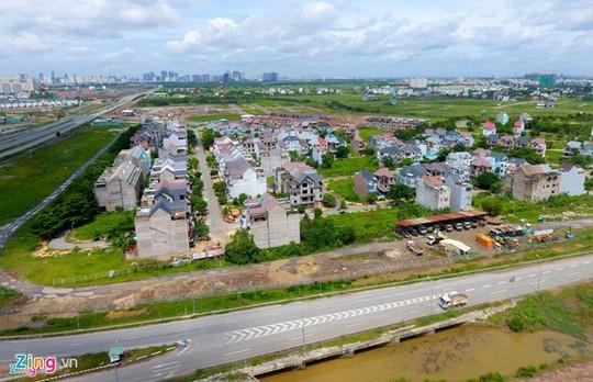 Giá đất ngoại thành TP HCM giảm một nửa - Ảnh 2.