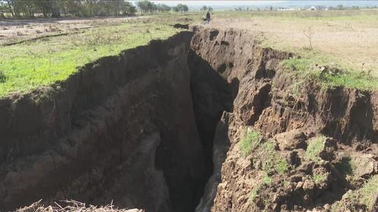 Loạn giả thuyết về vết nứt khổng lồ có thể tách đôi châu Phi - Ảnh 1.