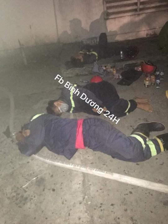 Lính cứu hỏa kiệt sức, ngủ tại hiện trường vụ cháy ở Bình Dương - Ảnh 2.